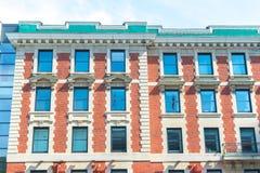 Старое историческое здание с большими окнами в Монреале Стоковые Изображения