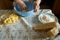 Старое итальянское ` s дамы делая домой сделанные итальянские макаронные изделия с сыром Стоковая Фотография RF