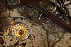 Старое личное огнестрельное оружие карты и антиквариата и компас латуни Стоковое фото RF