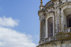 Старое и винтажное окно в португальском городе от церков Стоковые Фотографии RF
