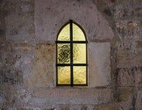 Старое и старое окно в каменной стене Стоковое фото RF