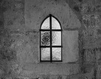 Старое и старое окно в каменной стене Стоковая Фотография