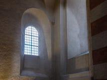 Старое и старое окно в темной комнате Стоковое фото RF