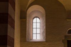 Старое и старое окно в темной комнате Стоковое Изображение RF