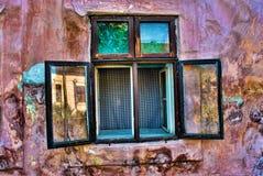 Старое и ржавое Windows на старом и ржавом доме Стоковое Изображение