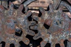 2 старое и ржавые колеса cog от старого сталелитейного завода в Швеции стоковые изображения rf