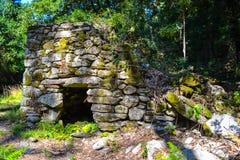 Старое каменное глубокое дома в лесе покинуло каменный дом в Стоковые Фотографии RF