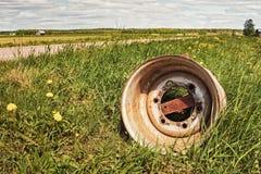Старое колесо дорогой гравия Стоковое Фото