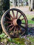 Старое колесо телеги времени стоковые изображения