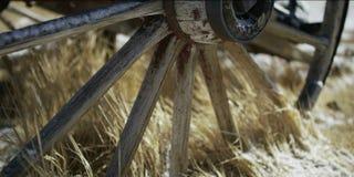 Старое колесо телеги в деревне стоковое фото