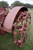 старое колесо трактора Стоковые Фото