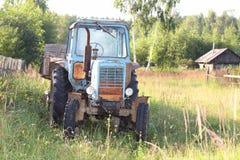 старое колесо трейлера трактора Стоковые Изображения