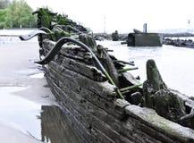 Старое, который село на мель кораблекрушение на пляже Стоковые Изображения
