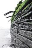 Старое, который село на мель кораблекрушение на пляже Стоковая Фотография RF
