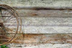 Старое колесо велосипеда на деревянной стене Стоковое Изображение
