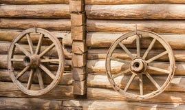 Старое колесо телеги 2 на деревянной стене Стоковое фото RF