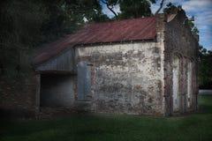 Старое красное кирпичное здание с крышей металла стоковые изображения rf