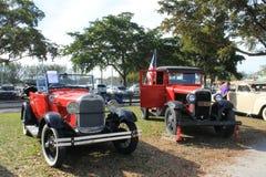 Старое красное Chevy и Форд припарковали сторону - мимо - сторона стоковые изображения