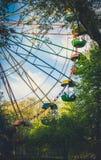 Старое красочное колесо Ferris Будочки пассажира и старый парк Стоковые Изображения RF