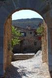 Старое крылечко входа в французской деревне Castelnou в Пиренеи стоковое фото