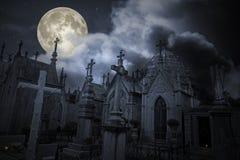 Старое кладбище в ноче полнолуния Стоковые Изображения RF
