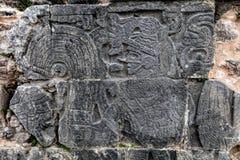 Старое майяское резное изображение на большом суде шарика в Chichen Itza Стоковые Изображения
