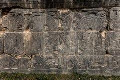 Старое майяское резное изображение на большом суде шарика в Chichen Itza Стоковое Изображение