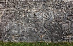 Старое майяское резное изображение на большом суде шарика в Chichen Itza Стоковое Фото