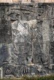 Старое майяское резное изображение на большом суде шарика в Chichen Itza Стоковая Фотография RF