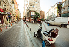 Старое мотоцилк стоя между историческими зданиями Стоковое фото RF