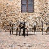 Старое напольное кафе в традиционной улице Тосканы стоковые изображения