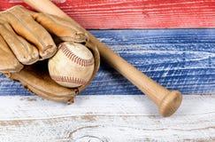 Старое несенное оборудование бейсбола на увяданных досках покрашенных в американце Стоковые Изображения RF