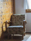 Старое обитое деревянное кресло с картиной цветка Стоковое фото RF