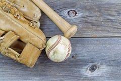 Старое оборудование бейсбола на постаретой древесине Стоковое Изображение RF