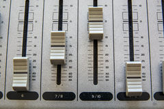 Старое оборудование кнопок в тональнозвуковой смешивая консоли Стоковые Изображения RF