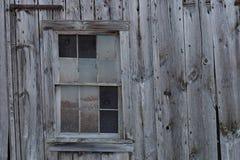 Старое окно амбара и серый siding Стоковое Изображение