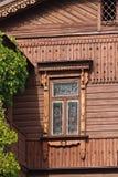 Старое окно, деревянный фасад и плющ стоковое фото
