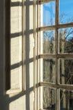 старое окно здания смотря на сады Стоковые Изображения
