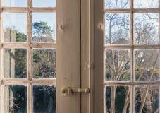 старое окно здания смотря на сады Стоковые Фотографии RF