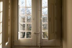старое окно здания смотря на сады Стоковое фото RF
