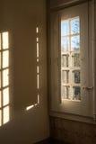 старое окно здания смотря на сады Стоковые Изображения RF