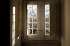 старое окно здания смотря на сады Стоковые Фото