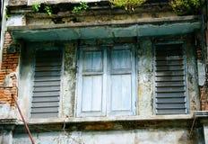 Старое окно на старинном здании Стоковые Изображения
