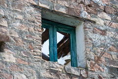 Старое окно разрушенное с крышей сломало Стоковые Изображения RF