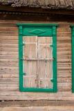 старое окно древообразное Старое деревянное окно в пакостном Стоковые Изображения RF