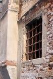 Старое окно с барами в Венеции Италии стоковая фотография rf