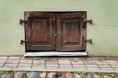 Старое окно с деревянными штарками Стоковое Изображение