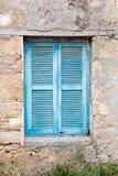 Старое ослепленное окно снаружи стоковое фото