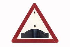 Старое пакостное ржавое триангулярное красное ` горба ` дорожного знака границы Стоковое фото RF