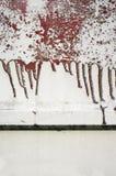 Старое пакостное, grunge, загородка металла с жидкой красной краской 10 Стоковое Изображение RF